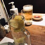 133431819 - 自分は生レモンサワー(800円税別)、ツレは生ビール(680円税別)