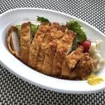 ボンバーキッチン - ◆とんかつは厚みには欠けますけれど、思ったより大きくサクサク食感で美味しいと。 下にはたっぷりのキャベツ。