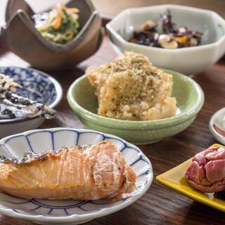 お昼は定食をご提供。土日祝は通常メニューもご提供しています。