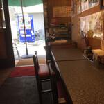 餃子屋 じなんぼ - カウンター席にから見た出入口方向