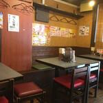 餃子屋 じなんぼ - カウンター席背面のテーブル席