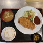 おきらく食堂 - 牛挽肉の特製メンチカツ(ごはん味噌汁セット)