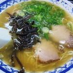 トキハ - 半透明のスープに、チャーシュー2枚、キクラゲ、葱がトッピング