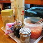 トキハ - カウンターテーブルには、すり胡麻と紅生姜