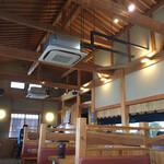 麺屋つむぎ - 店内はとても広々としていて気持ちが良い空間です
