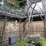 筑紫亭 - 山頭火が、この店で詠った句が碑に。前庭にあります