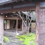 筑紫亭 - 前の道路から、敷地内を覗いて