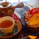 ロカシカカフェ - ロカシカカフェ:いちごのロールケーキと、バリ島の赤米茶