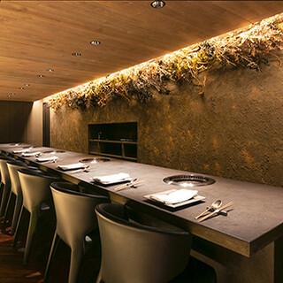 美しい左官テーブルとカッシーナの椅子が鎮座する、上質な空間