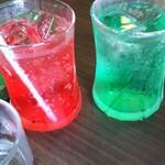 マウンテン - 赤と青のコーラです。