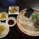 呼び戻しとんこつ 光四郎 - 基本のラーメン600円に、+200円でご飯・餃子・お漬物のセットに出来ます。
