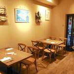 タンテ グラッツィェ - 1階はカジュアルなテーブル席