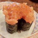 八食市場寿司 - 鮭の親子軍艦