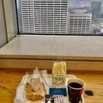 都庁第一本庁舎32階職員食堂 - 三色サンド値引後210円、ミルクデニッシュ180円