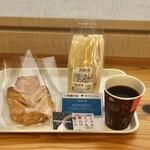 都庁第一本庁舎32階職員食堂 - 三色サンド値引後210円、ミルクデニッシュ180円、アメリカーノ100円