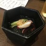 和彩肴 きらり - 突き出しの酢の物。ところ天も入っていてあっさりと美味しいです。