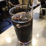 133527112 - コーヒーですが、ほぼペプシの様相。