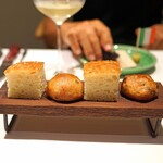 Convivio - 天然酵母のライ麦パンと2種類のオリーブオイルを使ったフォカッチャ