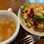 ビストロガブリ - ランチのオニオンスープとサラダ