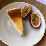 133548422 - チーズケーキとパッションフルーツ