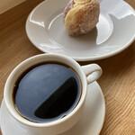 133548425 - コーヒー、ミニドーナツとセットで