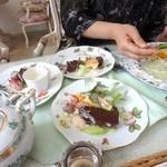 小野原倶楽部 セカンドストリートカフェ - ケーキ 2人分を3等分に、分け分け。