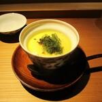 もと井 - 冷やし茶碗蒸し:よくお出しの効いた 冷やし茶碗蒸しの上に、とうもろこしのすり流しがタラァ~リとかけられ、新鮮でエメラルド色に輝く海葡萄がトッピングされています。 なめらかな食感の茶碗蒸しと すり流しに プチプチとした海葡萄が良いですネ!     2020.07.18