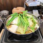元祖博多麺もつ屋 - 醤油味と味噌味があります。フルサイズだと880円ですが、今回はあまりお腹が空いてなかったので、ハーフサイズの680円にしました。