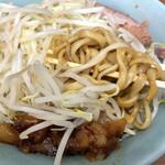ラーメン二郎 - 料理写真:黒く染まった太麺