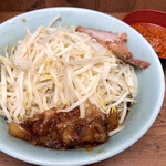 ラーメン二郎 - 料理写真:奥がチャーシュー、手前がアブラ。味付きで旨い。