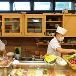 すし処 會 - 野菜も並ぶカウンター