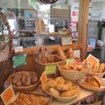 杜のパン屋 - 美味しいパンが奥の工房で