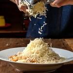 梅田テラス - ラクレットチーズの濃厚ミートパスタ