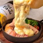 梅田テラス - 厚切りベーコンとソーセージのラクレットチーズ