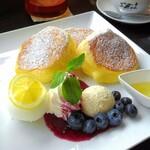 cafeとまり木 - 料理写真:季節のスフレパンケーキ、爽やかレモンとブルーベリーチーズクリーム