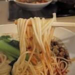 四川家庭料理 楊 八戸 - 麺はもっちりしてて美味しいストレート