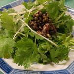 Shanhaichikinootsukashoukakurou - 香菜サラダ「通にはたまらない!!小魚(イワシ)のオイル漬けのせ」※メニュー表記通り