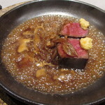 Varies - 和牛イチボ フォンドボーで散翅(フカヒレの金糸をばらしたもの)を炊いたソース 塩レモンマスタード