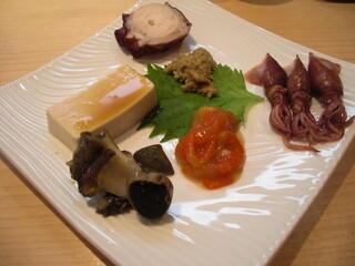よし佳 - 煮鮑、胡麻豆腐、煮蛸、蟹味噌、蛍烏賊、莫久来。