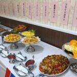 13370510 - 様々な料理が並んでいます。