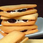 十国峠レストハウス 売店 - 料理写真:アーモンドと丹那産バターを贅沢に使ったビスケットで、口どけのよいバタークリームをサンド。
