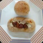 にちりん製パン - 猫パン(上)といちじくチーズ(下)