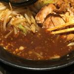麺や 久 - スープの色はかなり濃い