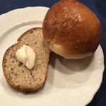 Roshiatei - 2種類の自家製パン