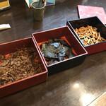 活麺富蔵 - 卓上の佃煮などを摘みつつ待つ
