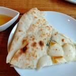 いんば学舎 オソロク倶楽部 - トッピングの蜂蜜をかけるとデザートピザのような味わい。