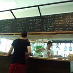ラ カフェ - 厨房と黒板メニュー