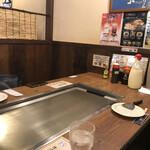 お好み焼 長田屋 - テーブル席は綺麗です♫