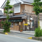 若松屋  - 右手前が駐車場です