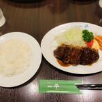 Guriruippei - ヘレビーフカツレツ100g(サラダ・ライス付)¥1700